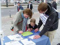 Frau unterschreibt ein Volksbegehren.